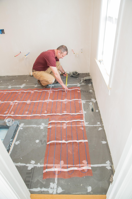 Aplicación de malla para suelo radiante con placas de aislamiento Warmup